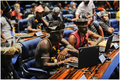 Foto: Indígenas utilizam computador do Senado. Foto: Jefferson Rudy/Agência Senado. Disponível em: https://www.flickr.com/photos/agenciasenado/17174890772