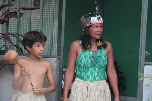 Cacique Albertina do Nascimento (Tapuia) e seu neto prontos para o Toré. Foto: Joalva Moraes