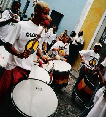 Imagem: https://commons.wikimedia.org/wiki/File:Olodum-drummers.jpg
