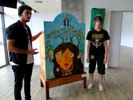 Os estudantes Alessandro Guimarães (esquerda) e Jean Santos (direita) apresentam a obra criada por eles durante o 4º Encontro Estudantil.
