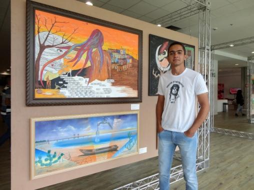 O artista Matheus Silva e a sua obra de arte. Foto : Bira Mendes