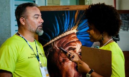 O fotógrafo e educador Peterson Azevedo conversa com a estudante-repórter Lucicarla Lima. Foto: Rodrigo Maciel