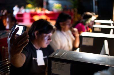 Figura 1- Foto: Marcelo Camargo/ Agência Brasil, Indígena utilizando o computador e um smartphone.