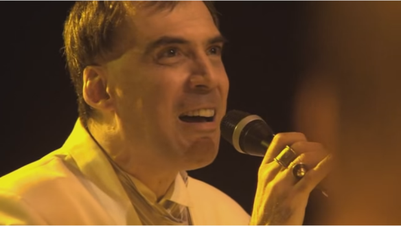 Fig. 1: Arnaldo Antunes em cena do DVD Rosa Celeste, de 2012, em que canta a música Socorro. Imagem: captura de tela feita em 31 de maio de 2015