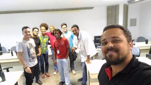 Fig. 1: Formadores da Rede Anísio Teixeira posam com a turma no final da oficina. Foto: Vitor Moreira