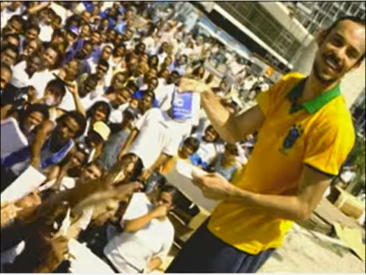 Fig. 1: Gabriel O Pensador em cena do clipe oficial de Dança do Desempregado: ironia e deboche. Imagem: captura de tela feita em 9 de maio de 2016