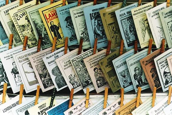 Fig. 2: a cultura e a tradição dos folhetos de cordel enriquecem a nossa literatura. Fonte da imagem: Wikipedia.