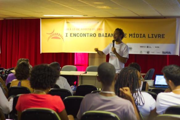 Fig. 1: Pedro Caribé, coordenador geral do I Encontro Baiano de Mídia Livre, fala sobre os princípios do midialivrismo. Foto: Vitor Moreira