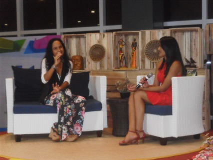 A cantora Carla Visi, que, além de cantar, foi entrevistada por Vivi Andrade, na prévia do Programa de Mãe, que estreia em fevereiro na grade da TV Kirimurê. Foto: Raulino Júnior