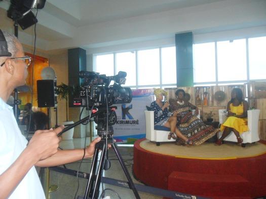 Fig. 1: Registro do debate sobre empreendedorismo negro no lançamento da TV Kirimurê. Na imagem, da esquerda para a direita, Hirlene Pereira (Sebrae), Madá Negrif e a apresentadora Dina Lopes. Foto: Raulino Júnior